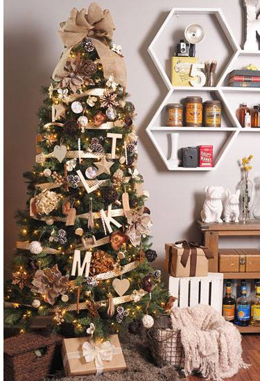 Alluring Rustic Christmas Tree With Grapevine Balls And Silk Flower