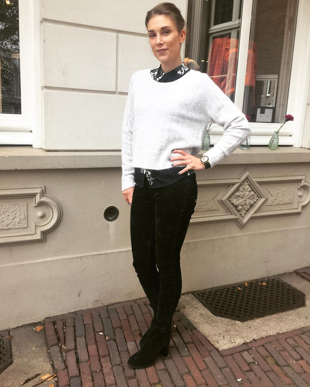 Amazing White Long Sleeves Short Sweater, Printed Top With Velvet Jeans