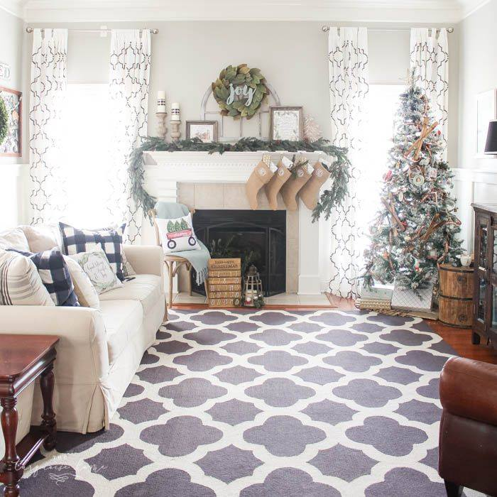 Eye-Catching Christmas Mantel Decoration