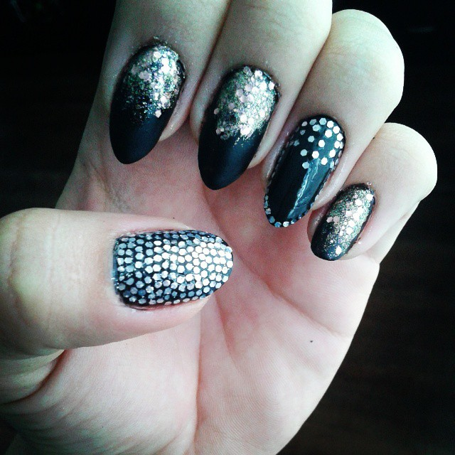 Eye-Catching Golden And Black New Year Party Nails