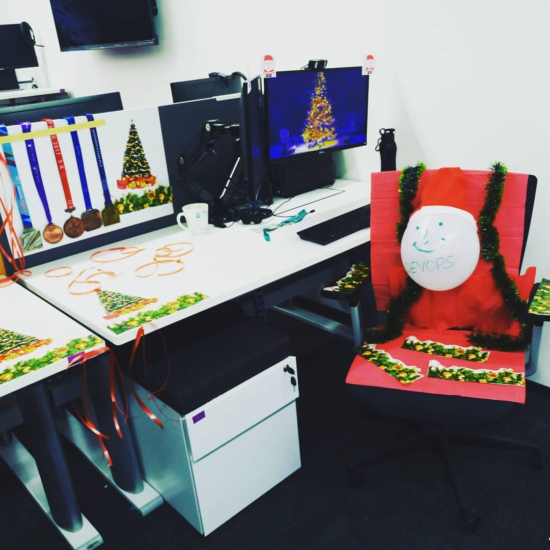 Fabulous Christmas desk decoration idea. Pic by ichiragjain