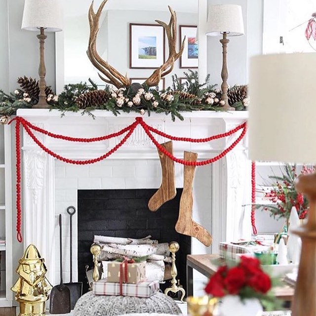 Irresistible Rustic Christmas Mantel Decoration
