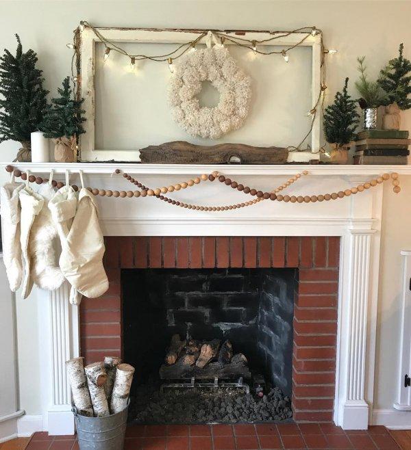 Neutral Christmas mantel decoration. Pic by mylulub
