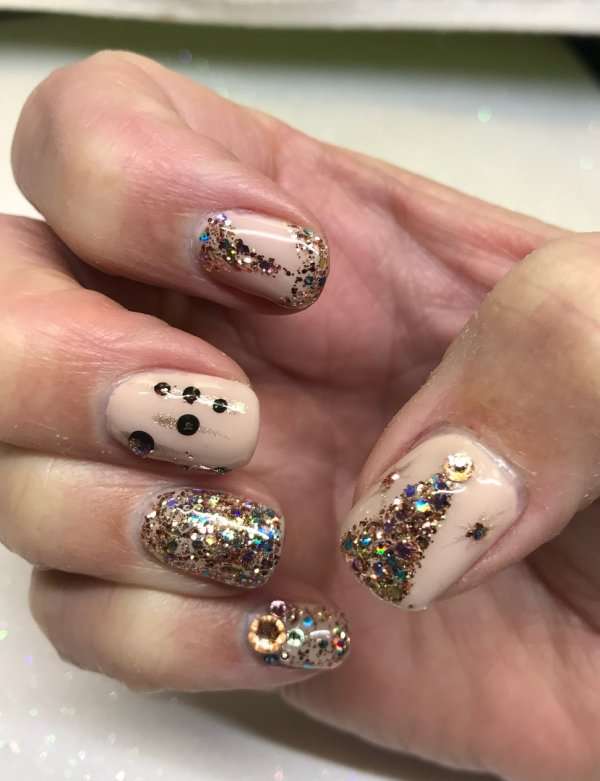 Nude nails with gold glitter. Pic by ginarector