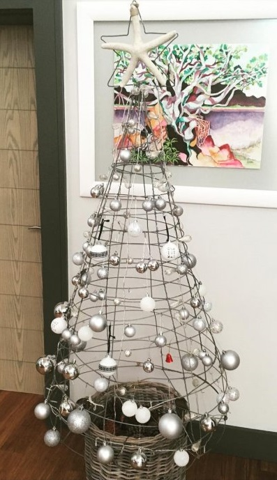 Pretty Christmas tree of wire. Pic by alannabeeken