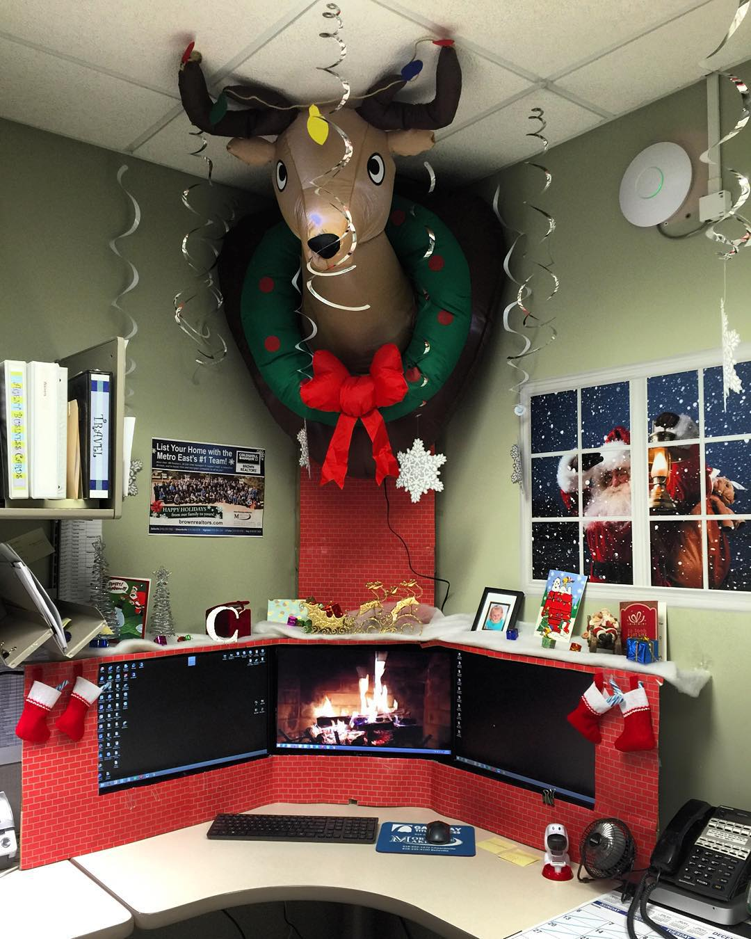 45 Classic Christmas Office Decor To Enhance The