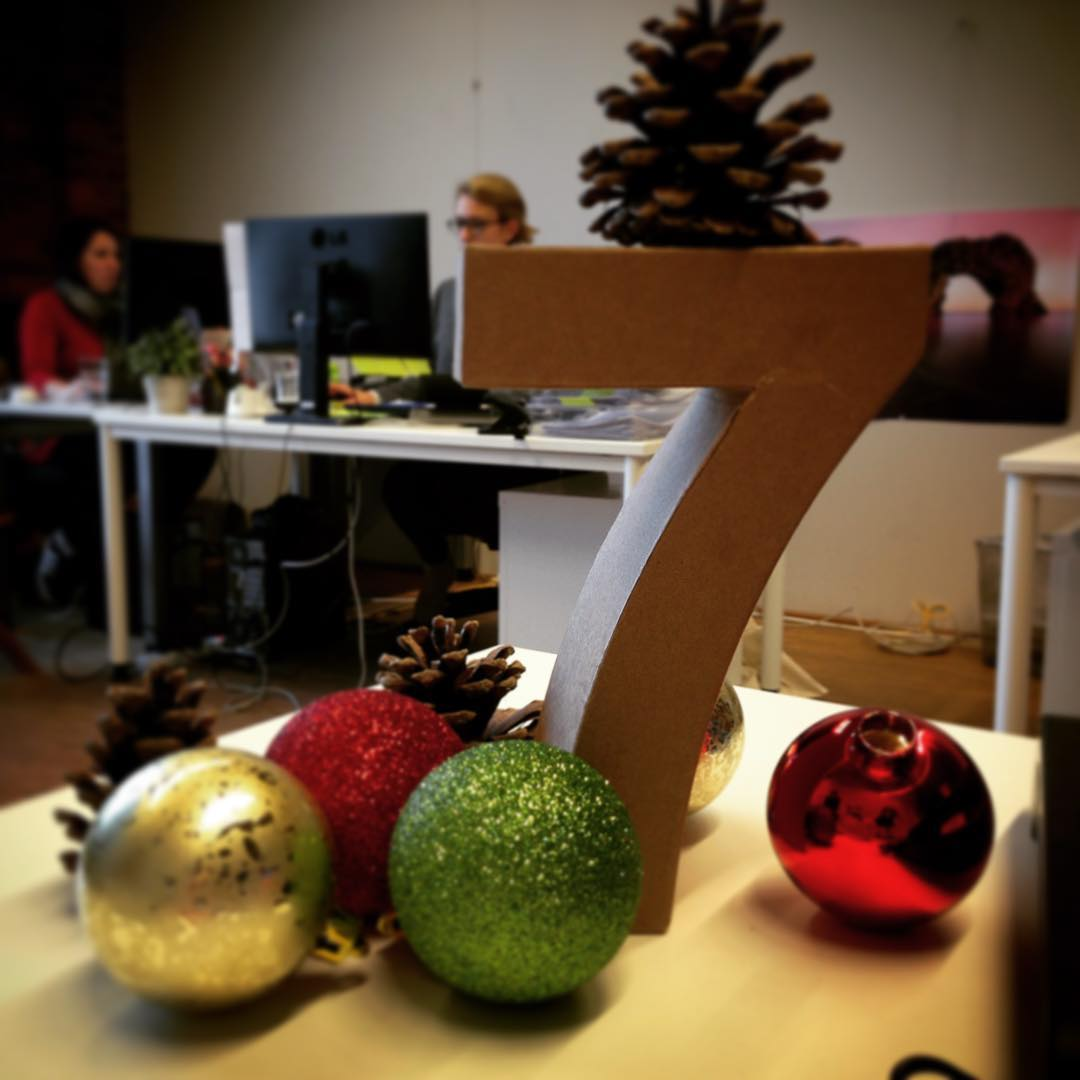 X-Mas Office Decoration With Pine-Cones And Tree