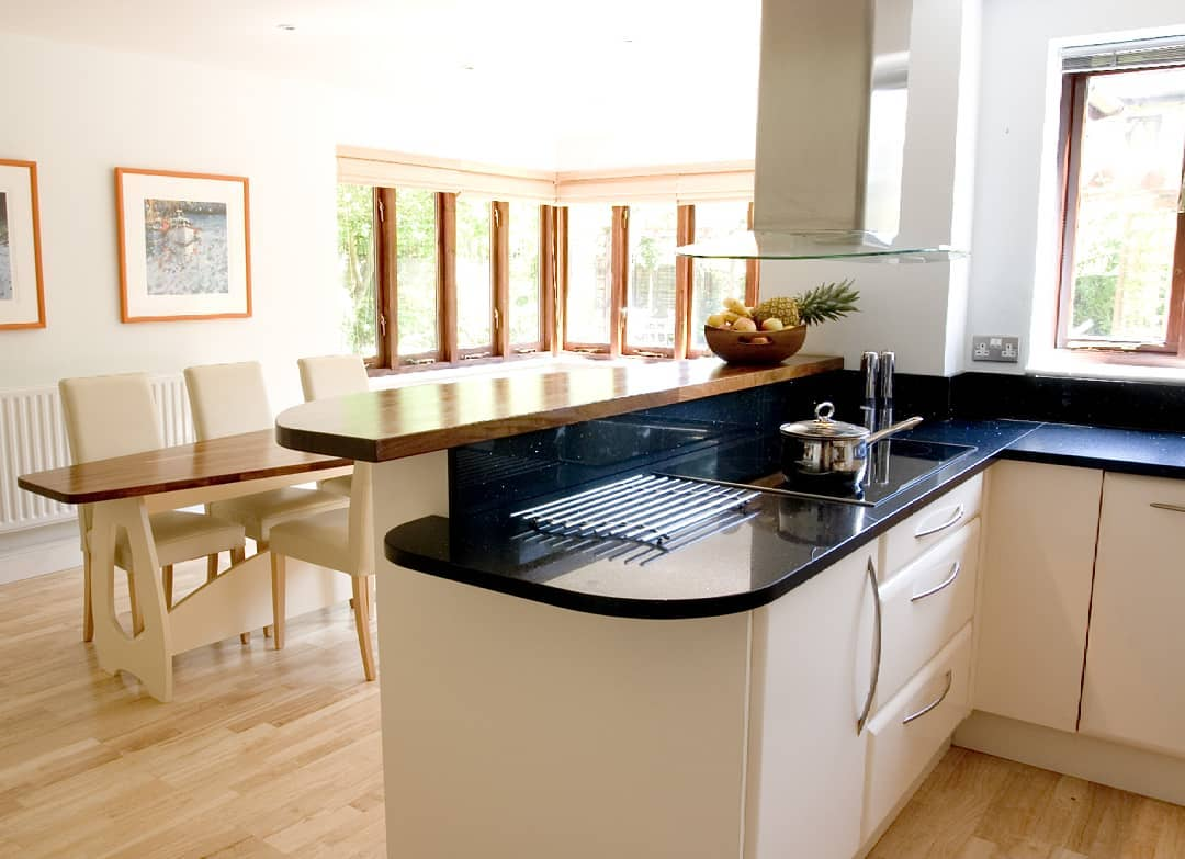 Graceful Kitchen With Smart Dinning Space For Dinner