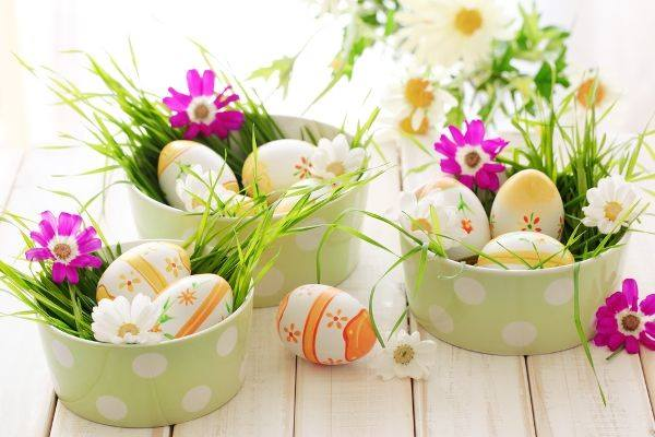 DIY Decorated Egg With Fresh Flowers For Table Decoration