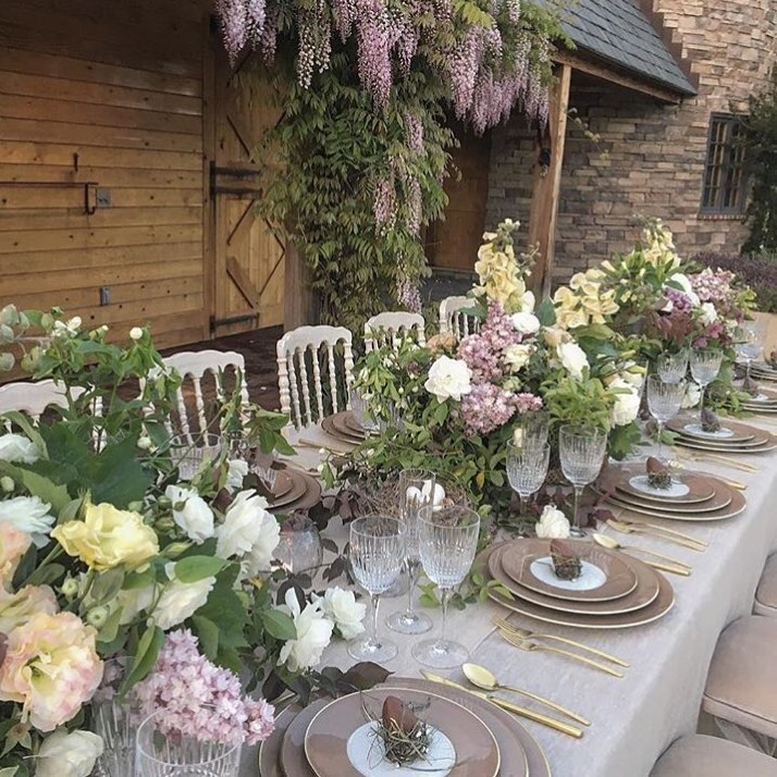 Blissful Idea Of Table Decor By Using Fresh Flowers