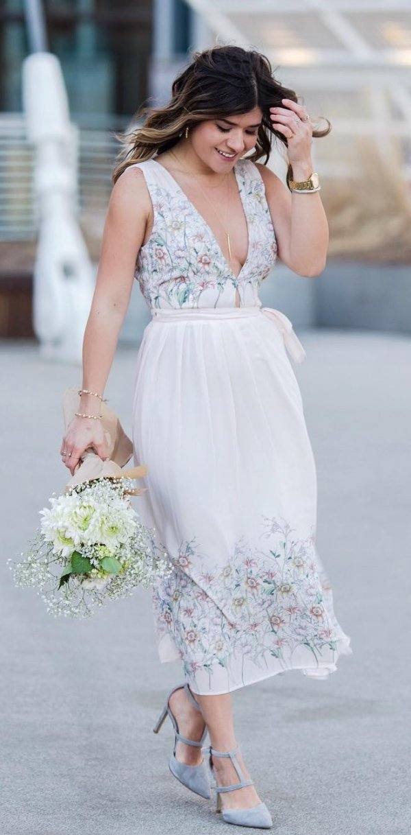 Exquisite White V-Neck Dress With High Heels