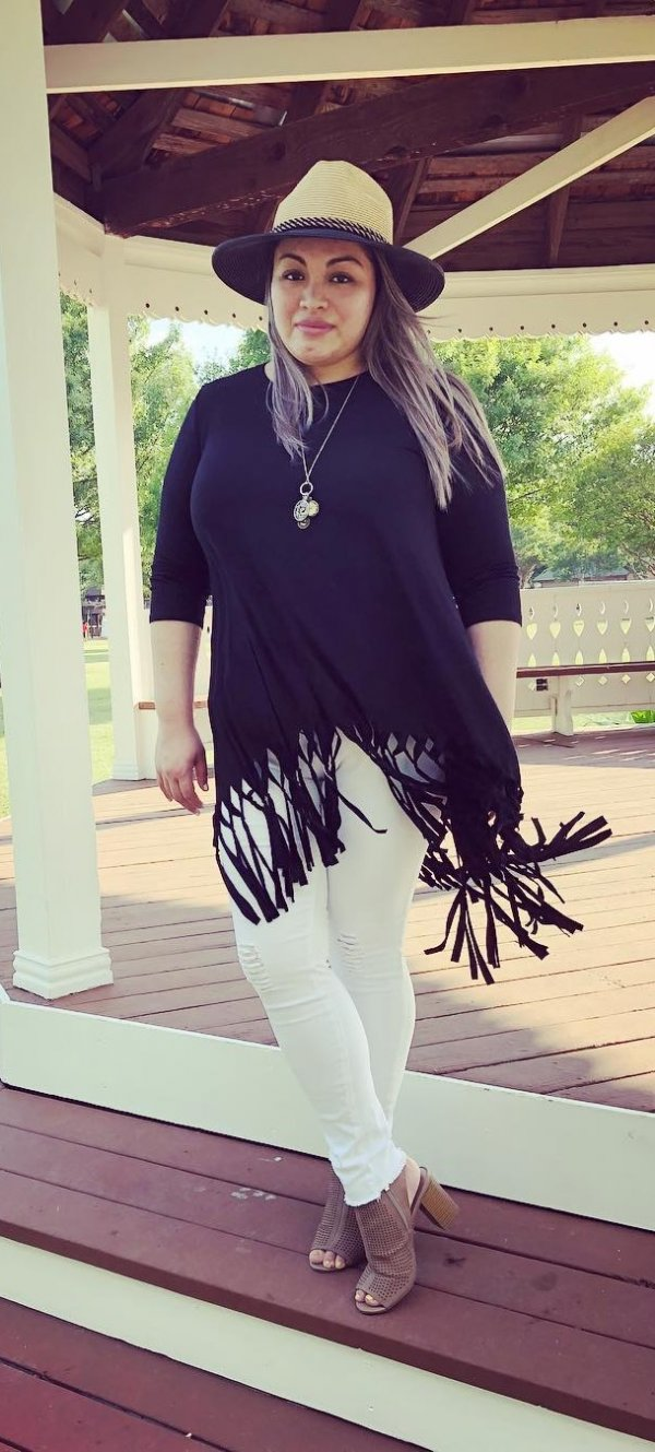 Black Top With Fringes Paired With White Jeans And Hat For Curvy Women