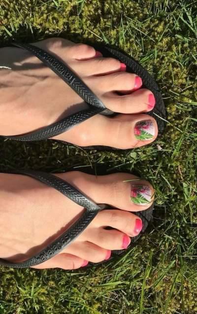 Leaf On Toes