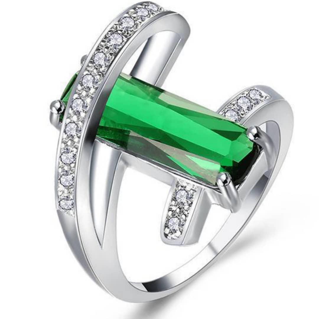 Lovely Emerald Hollow Crystal Ring For Engagement
