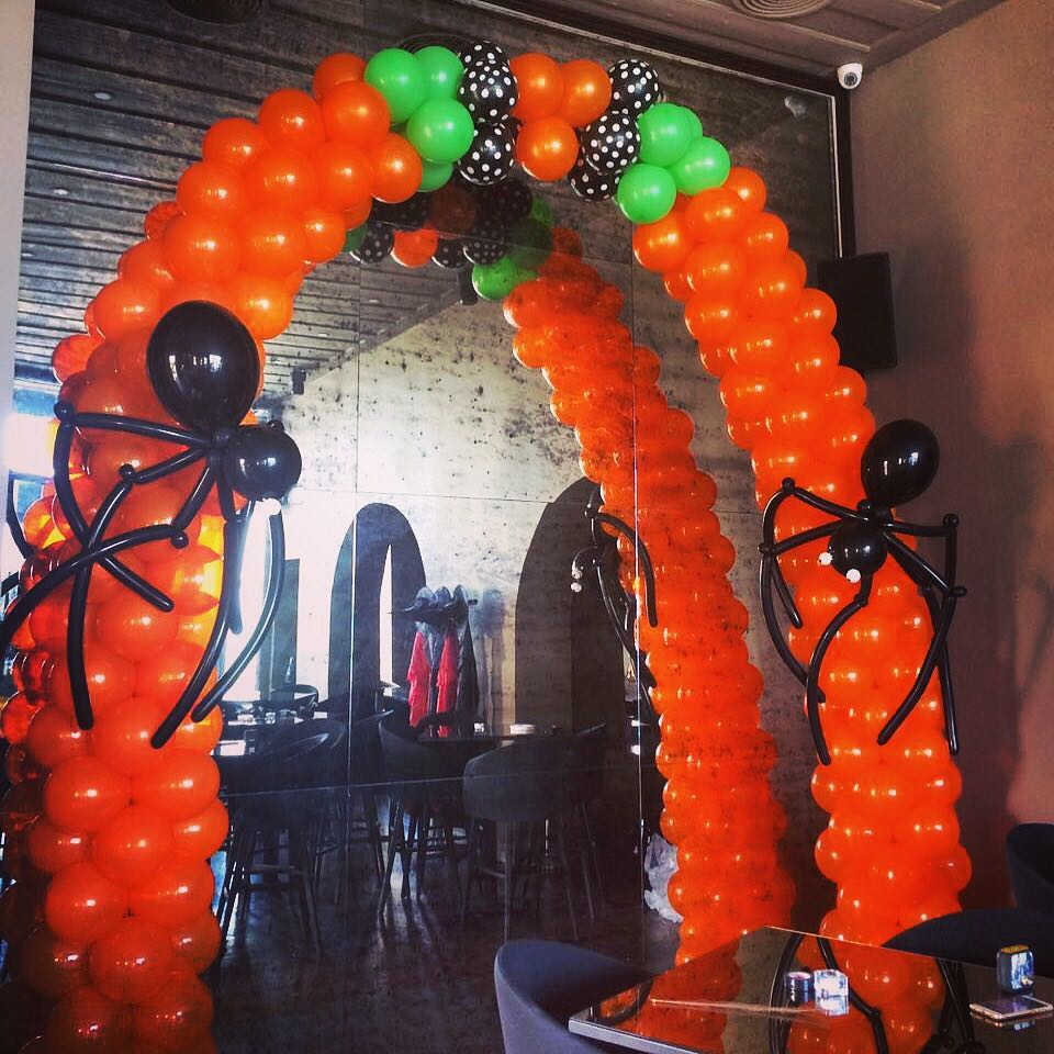 Rocking Halloween Balloon Arch with Creepy Spider Decor In Orange And Black