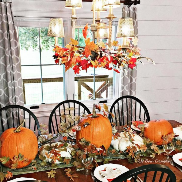 Best table decor with dry leaves and pumpkins