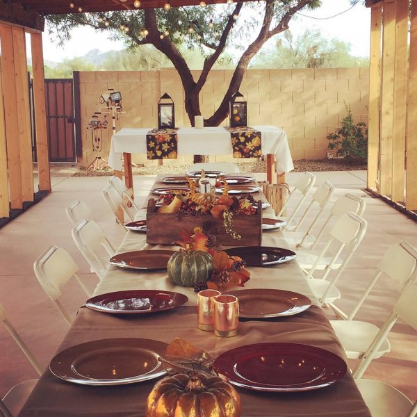 Eye-catching table decor for lunch on this thanksgiving