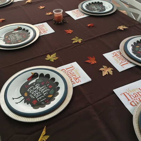 Last minute thanksgiving table decor with paper plates