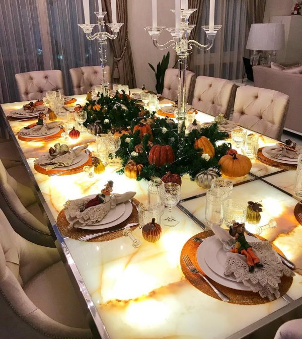 Marvelous Table Set Up To Enjoy Thanksgiving Day
