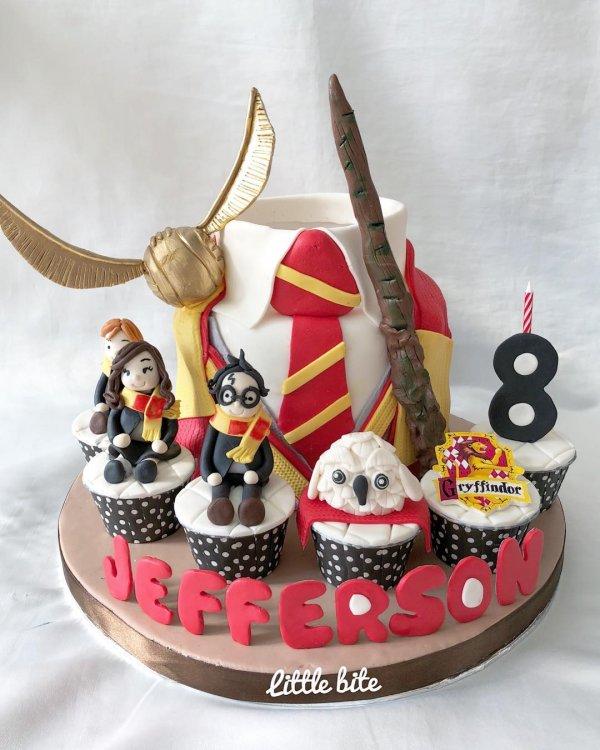 Beautiful harry potter theme cake with cucakes. Pick by natasha_littlebite