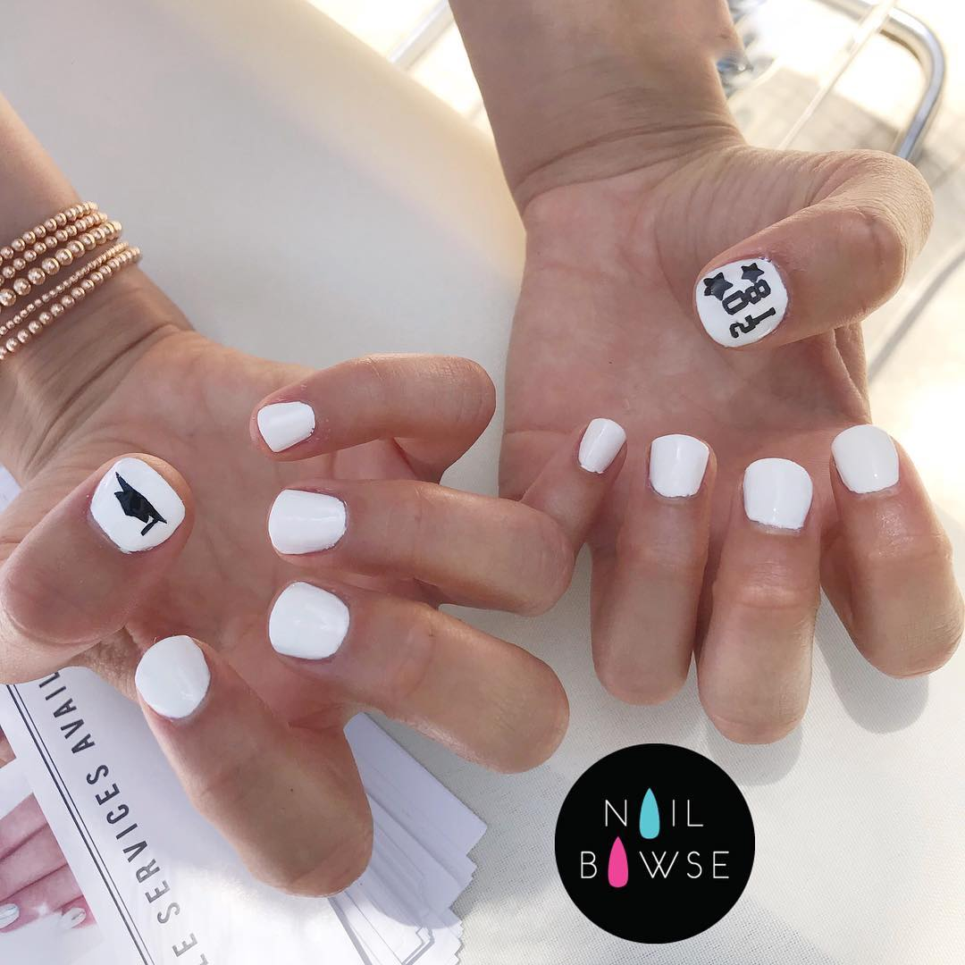 Elegant white short nails. Pic by nailbawse