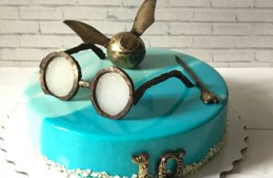 Graceful cake with golden snitch, glasses and scarf. Pick by macaron_dzr