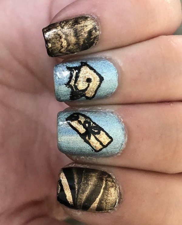 Marvelous blue and golden nails. Pic by doublebubble91
