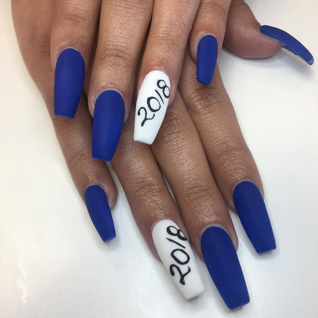 Matte blue and white graduation nails. Pic by _nailsbymissy_