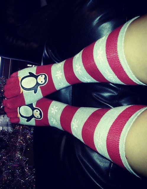Nice red and green stripes toesocks with penguin. Pic by mandanuts