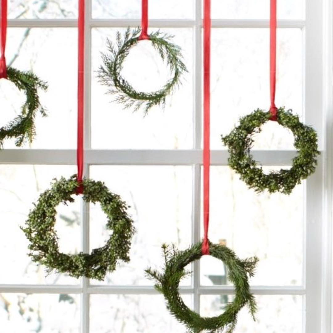 21) Hanging wreath for Christmas window decor. Pic by my_love_of_christmas source