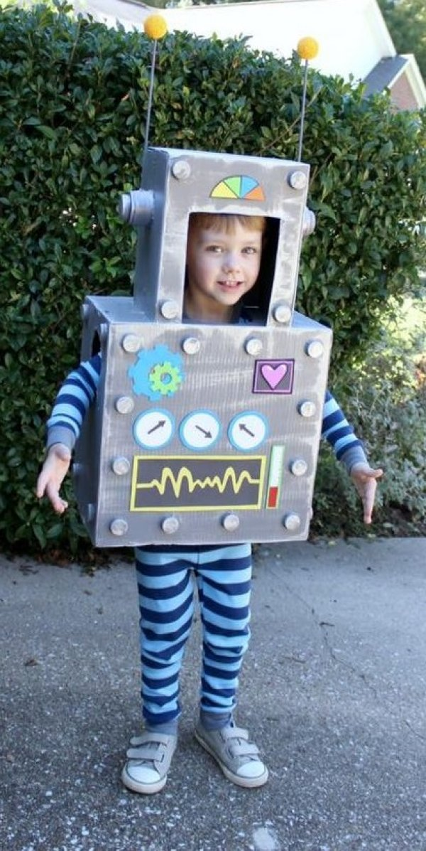Amazing DIY robot toddler costume for Halloween.