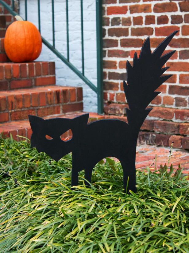 Arched black cat cut-out for your front yard.