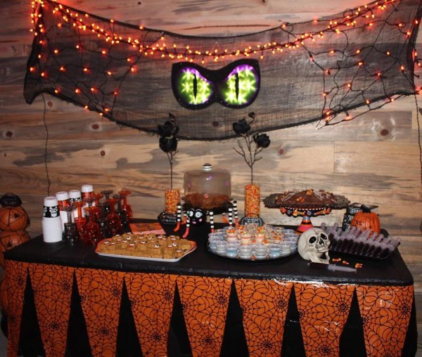 Awesome Dessert Table arrangement for Halloween Party. Pic by rrkirl