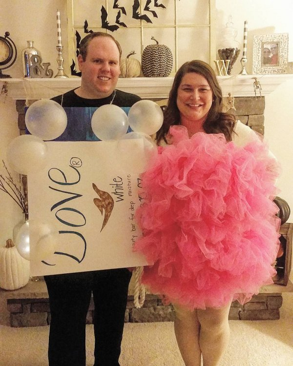 Awesome Dove Soap and Loofah Couple Costume. Pic by oureverchangingfrontporch