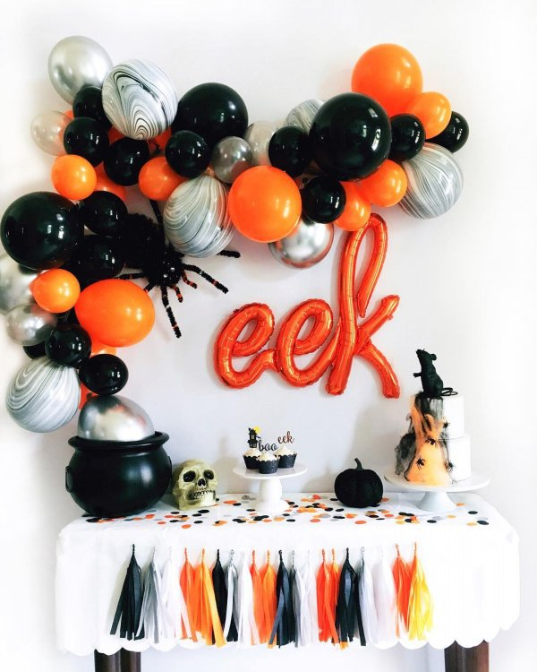 Balloon decor for Halloween party. Pic by glamfettico