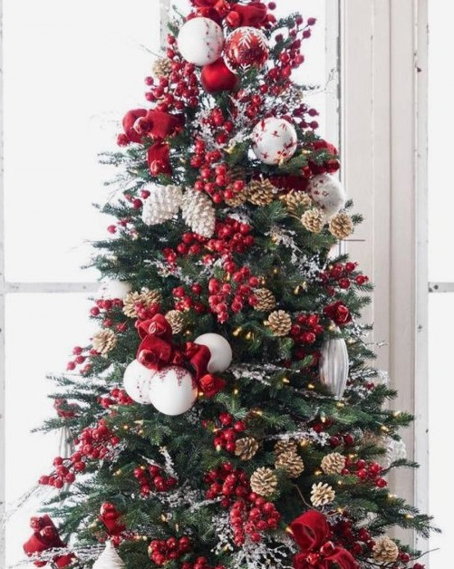 charismatic christmas tree decorated with red balls red berries gold and silver pinecones pic by my_love_of_christmas source - Red Berry Christmas Tree Decorations