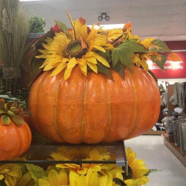 Chic pumpkin as flower vase. Pic by graziwannaflysohigh