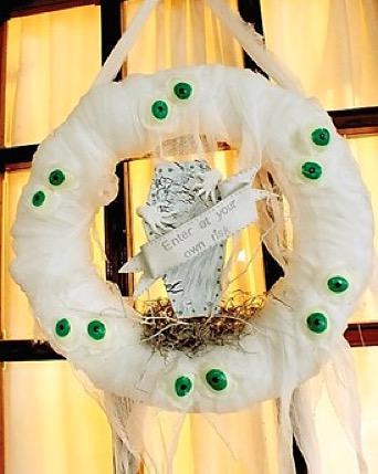 DIY mummy wreath for Halloween.