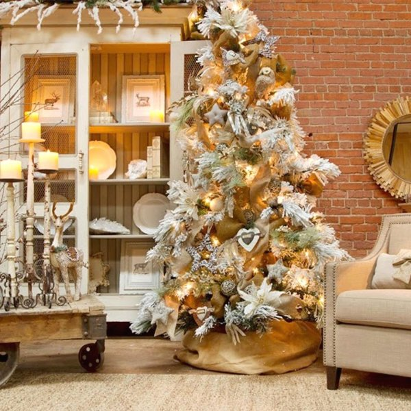 Exclusive golden Christmas tree. Pic by christmas._.xmas