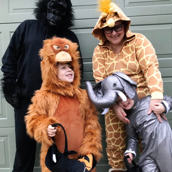 Love this animal family costumes for Halloween party.