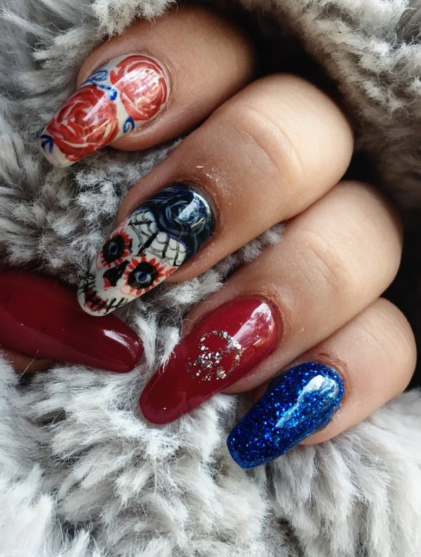 Lovely sugar skull coffin nails. Pic by melliegirl_xox