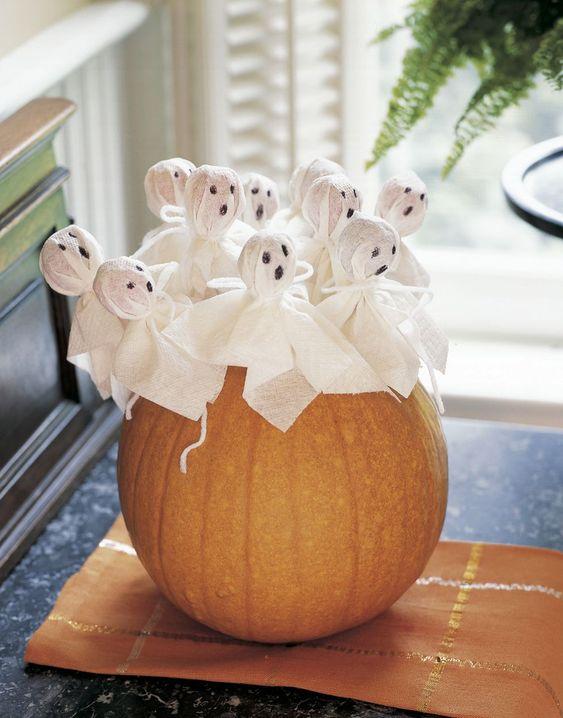 Mini ghost lollipops for Halloween.