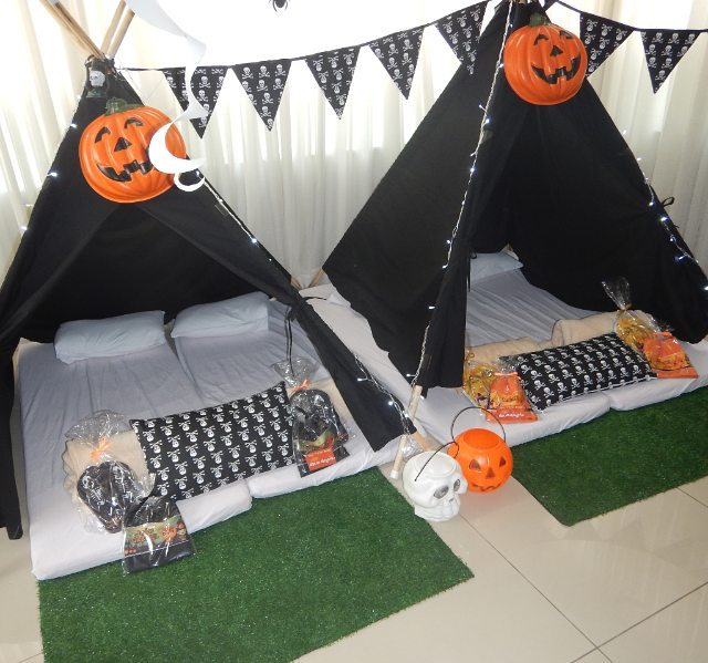Outdoor Halloween party decor. Pic by ateliediadealegria