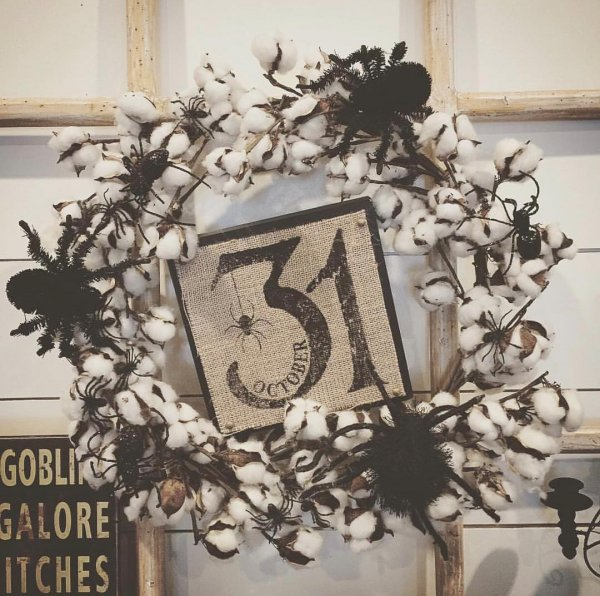 Vintage style cotton wreath with spider.