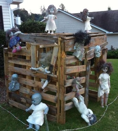 Zombie doll playhouse. made out of pallets in the backyard decor.