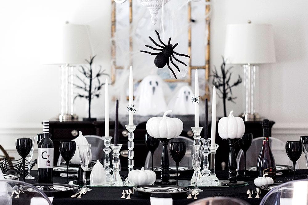 Amazing black and white table decor.