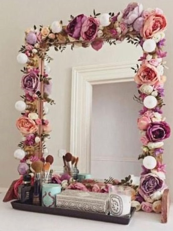 Artificial flower decorated mirror for Christmas gift.