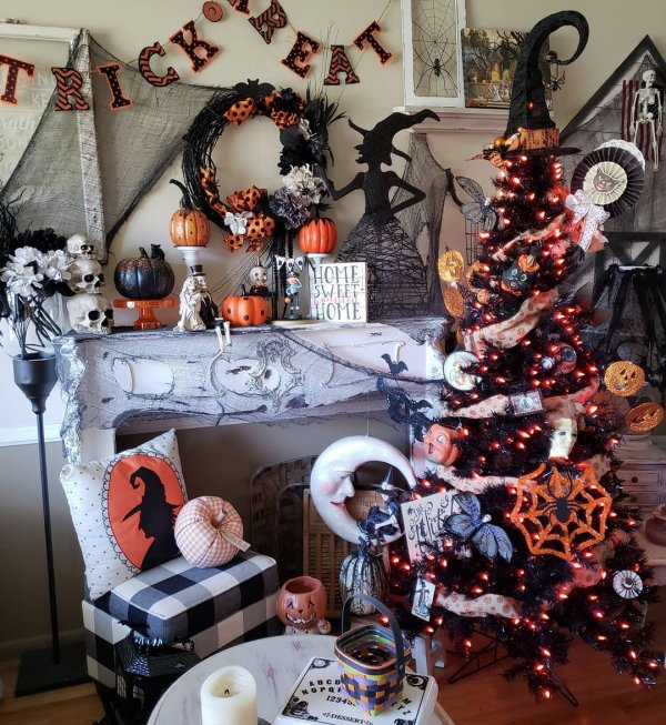 Black and orange is a great color scheme for many occasions but it is especially great for Halloween.