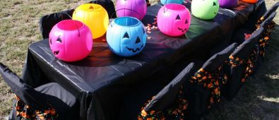 Catchy halloween outdoor table decor for dinner party.