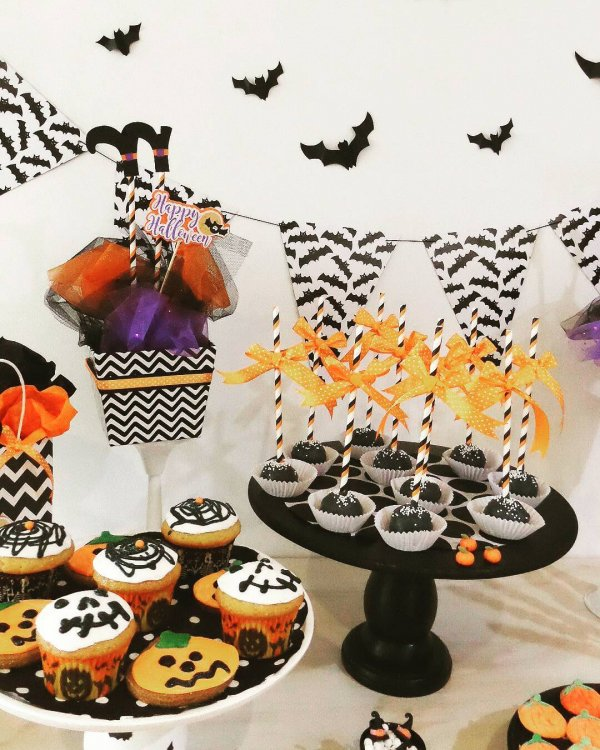 Creepy Halloween party cake designs.